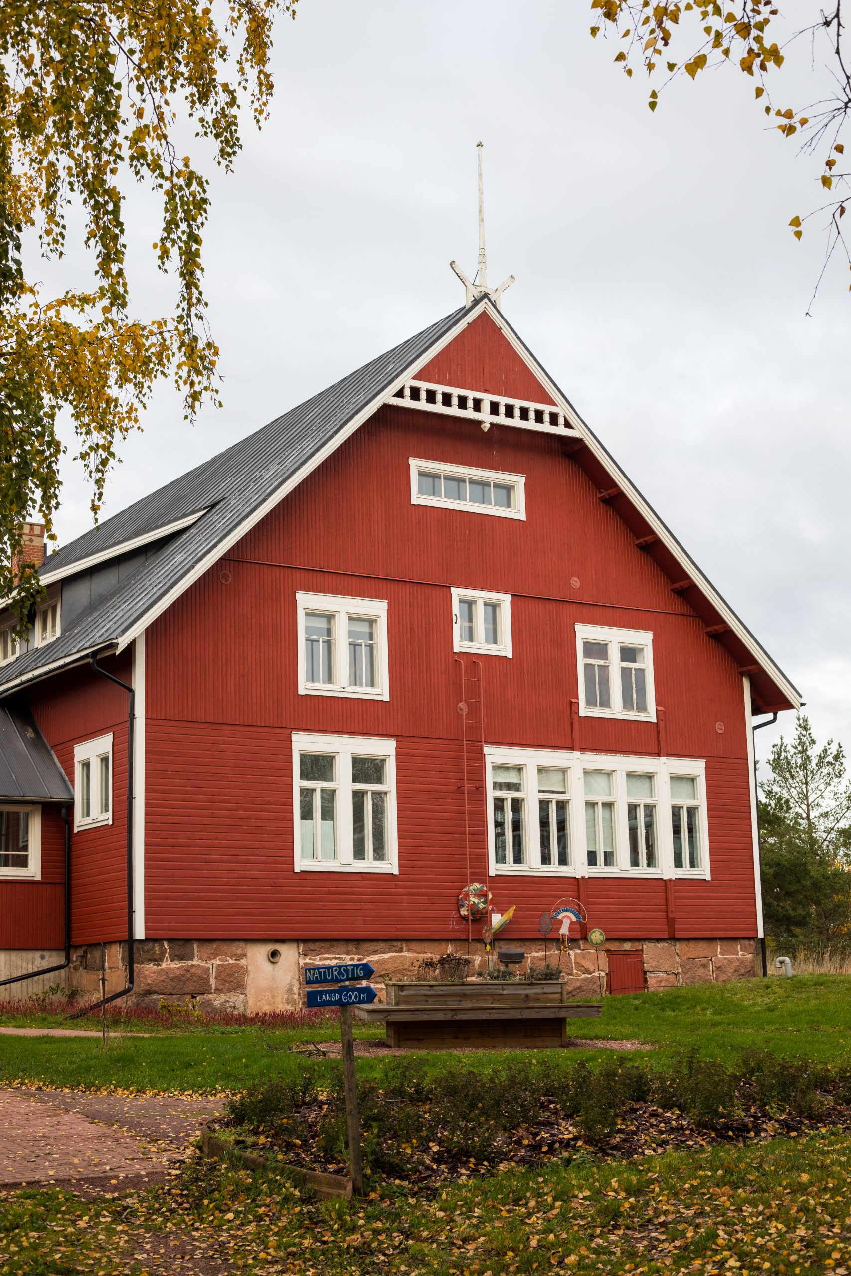 Bild på Ålands Folkhögskolas huvudbyggnad i höstsken